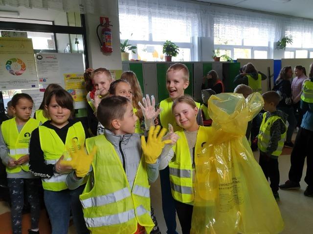 """Podsumowanie akcji ekologicznej """"Sprzątanie Świata"""" realizowanej w ramach projektu pn.""""Przyjaciele natury w Pułtusku"""