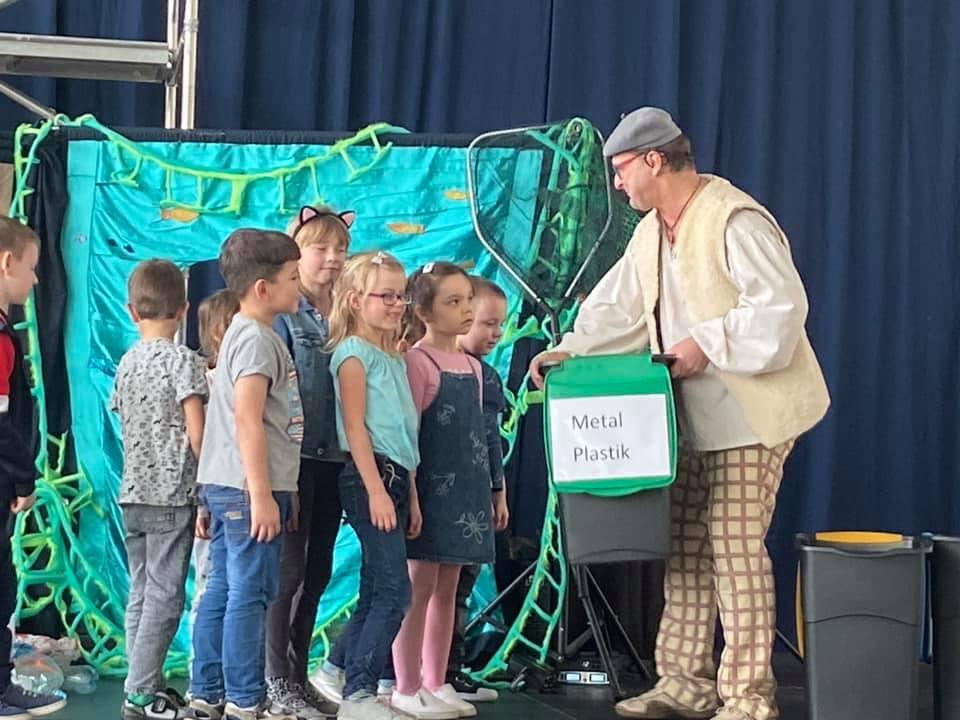 Kolejni uczniowie pułtuskich szkół i przedszkoli uczyli się o ekologii podczas spektaklu ekologicznego